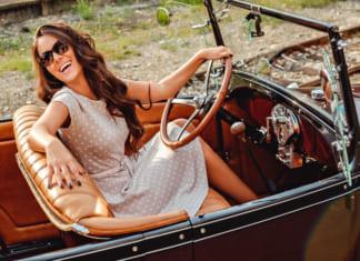 Nő autóban napszemüvegben