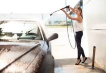 Nő az autómosóban tavaszi autóáplás