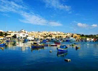 Málta kikötő kis csónakokal