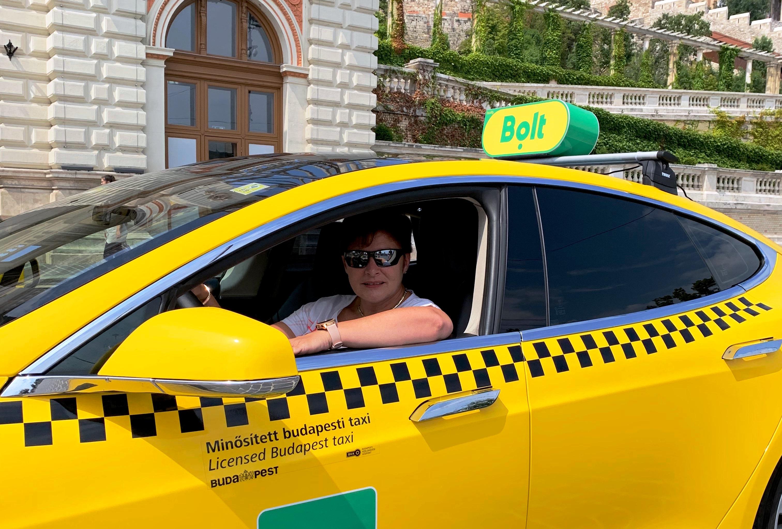 Tesla női sofőrrel