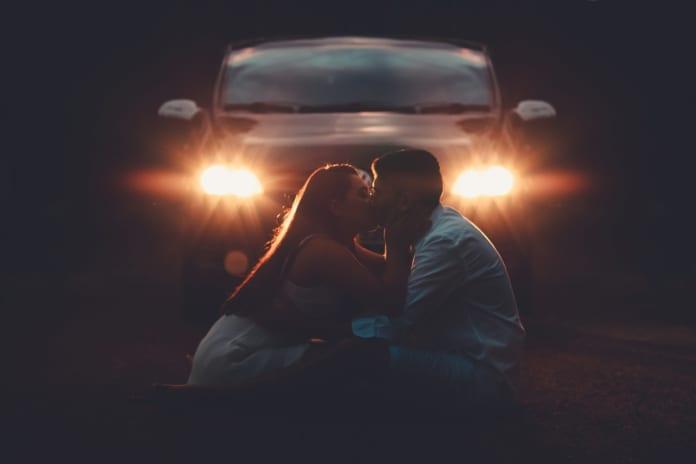 szerelemes par autoval