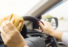 nő eszik vezetés közben