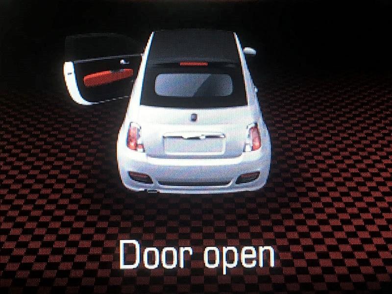 nyitva hagyott ajto autoban