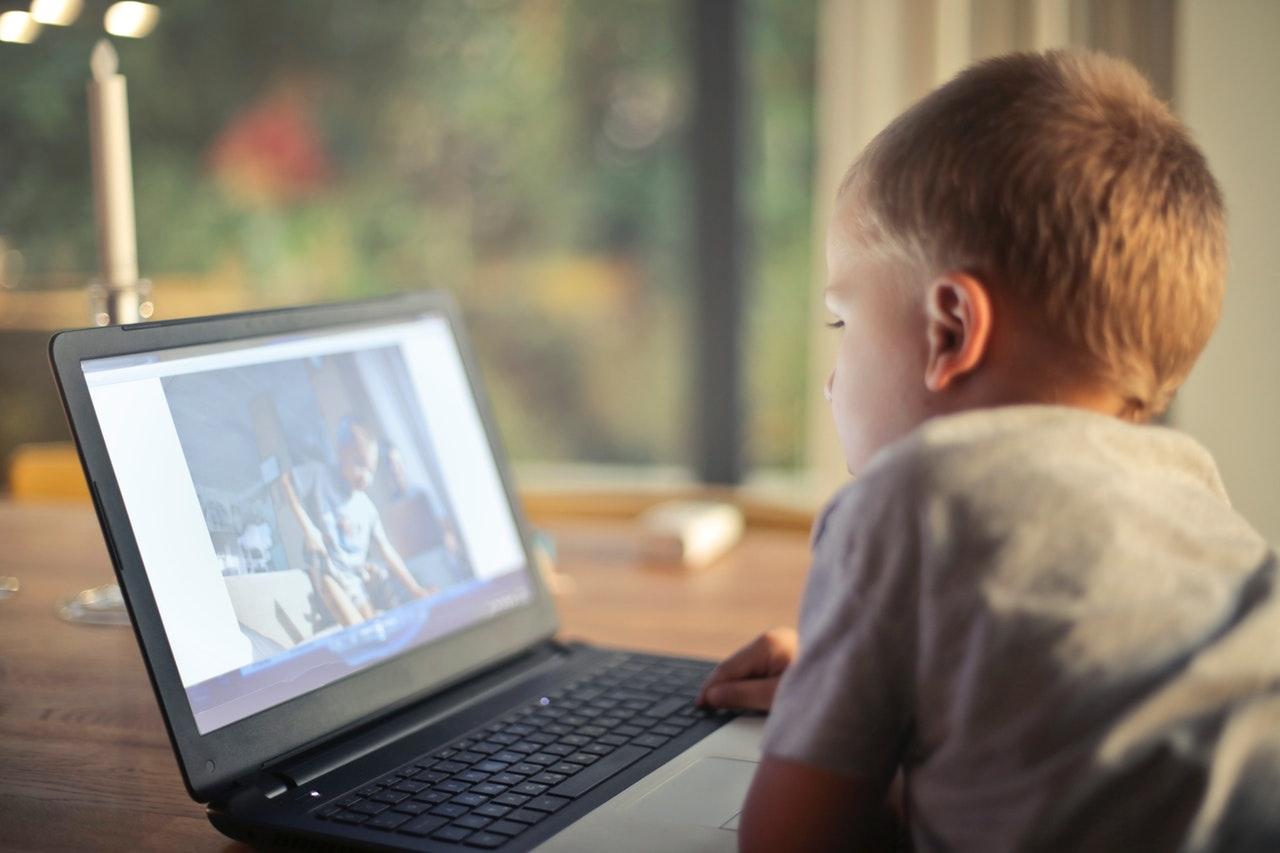 gyerekek internethasználata pexels bruce mars