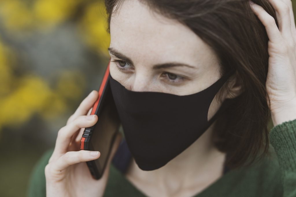 mobiltelefon koronavirus maszk