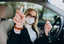 koronavírus arcmaszk autó kézfertőtlenítő az autóban