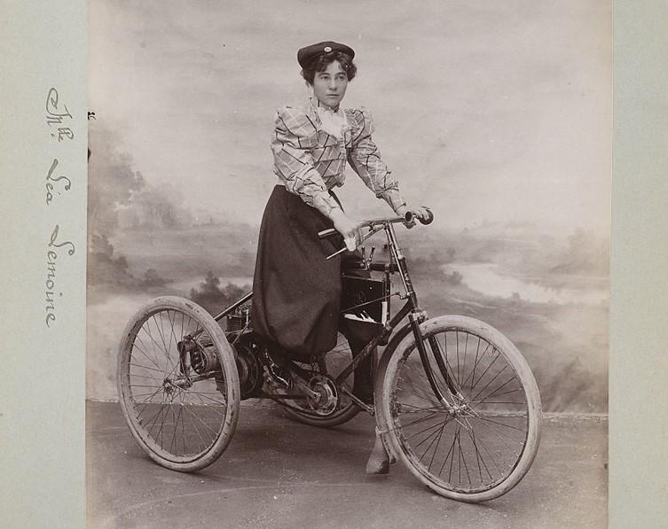 női autóversenyző Lea Lemoine-De Dion Bouton triciklin