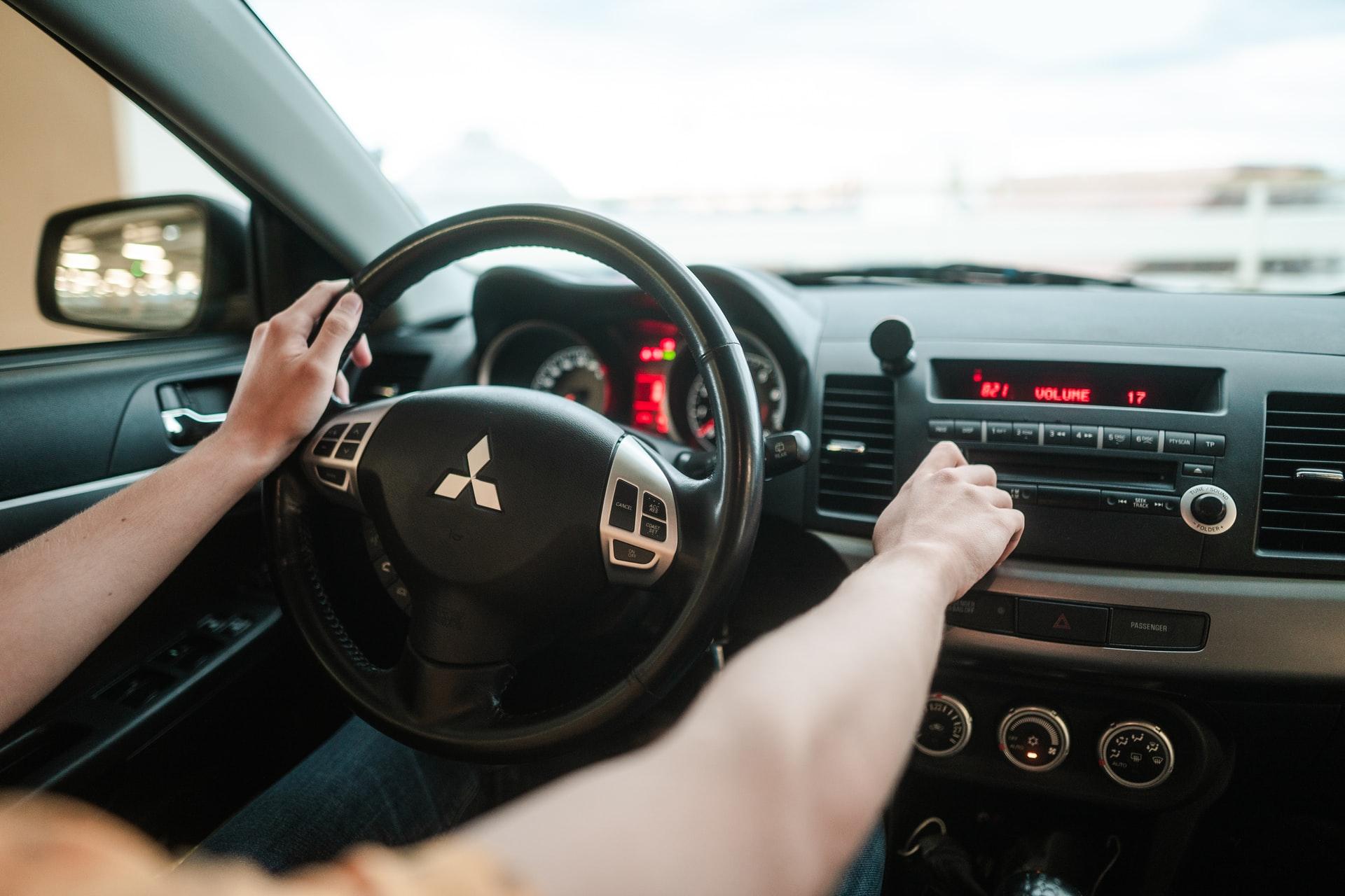 vezető autó kormány sofőr
