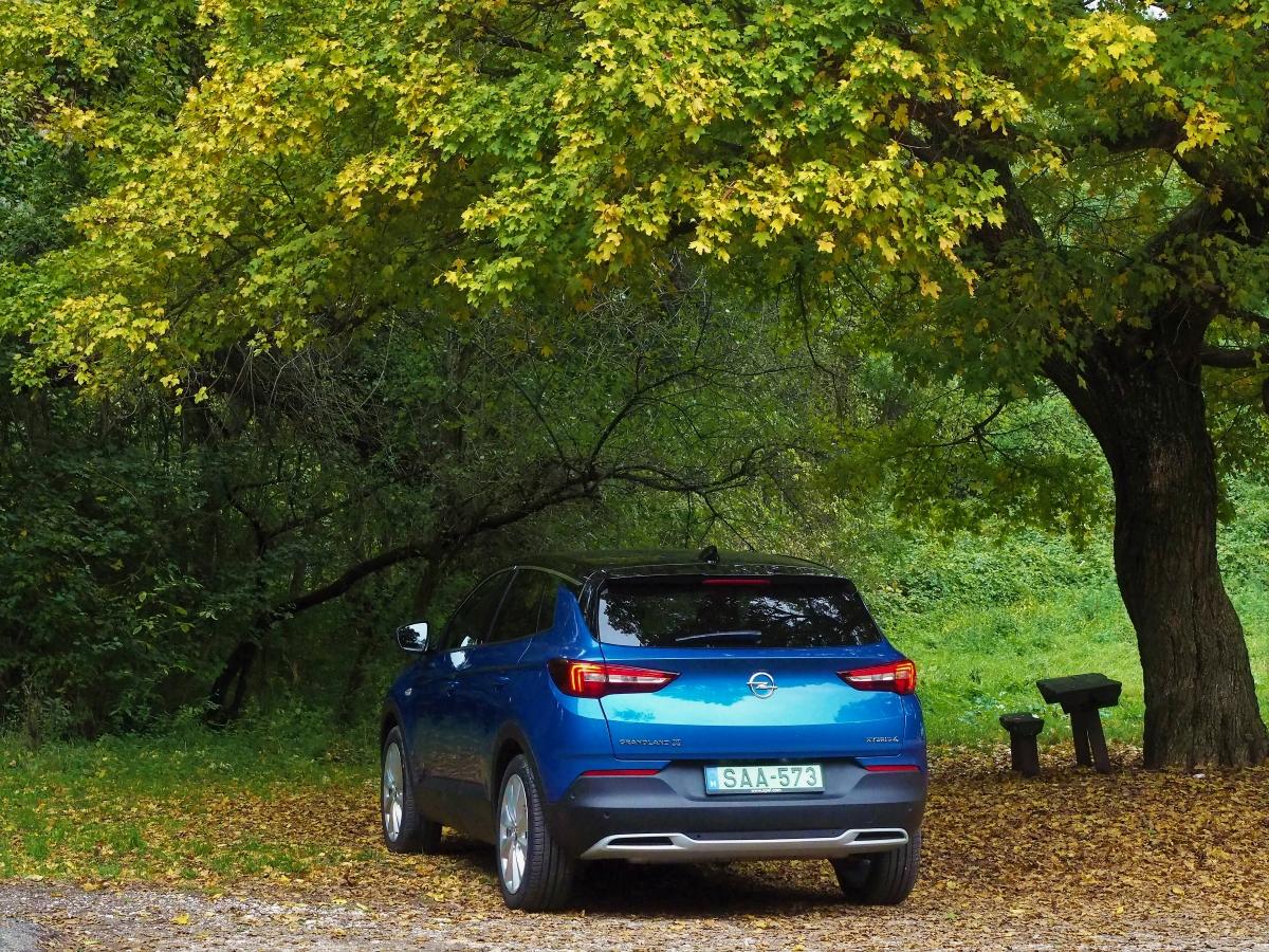 opel grandland x hybrid4 erdőben parkol