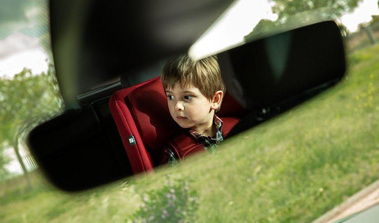 gyermek az autóban