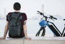 férfi elektromos kerékpár bringázás