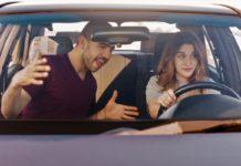 nő autót vezet a férfi kiabál