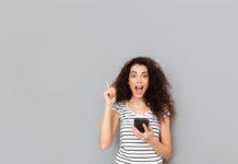 fiatal nő mobillal
