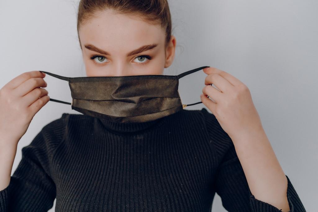 maszkviselés női maszk negyedik hullám