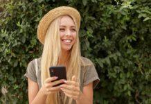 szőke nő kalapban mosolyog