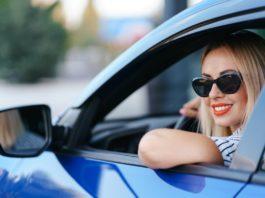 napszemüveges nő kék autóban autós horoszkóp