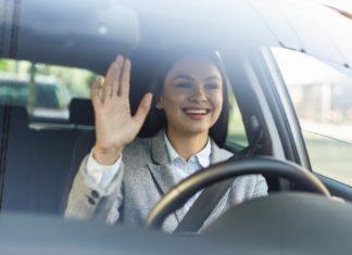 női vezetés intés a volán mögött