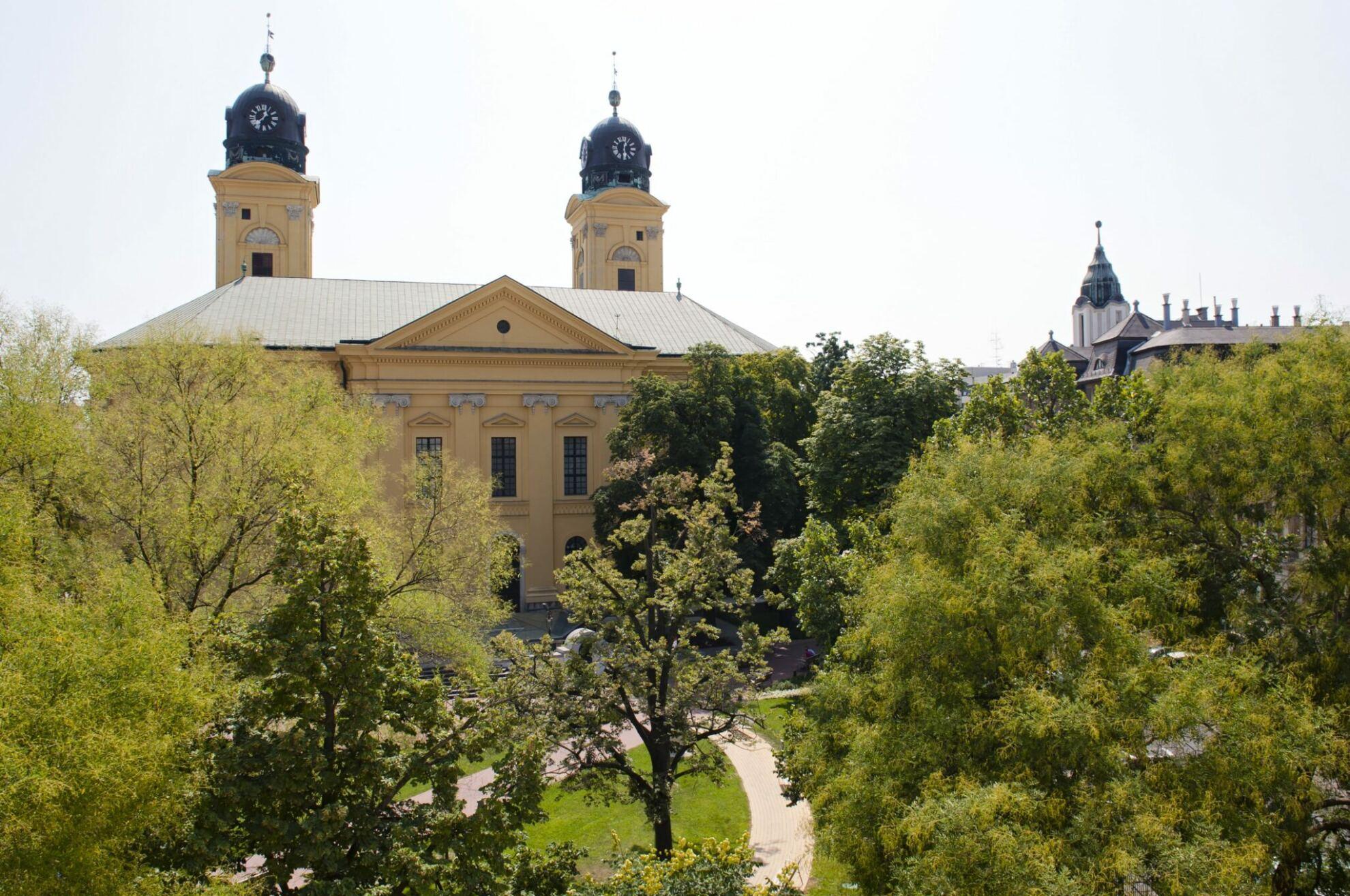 Emlékkert Debrecen háttérben a Nagytemplom