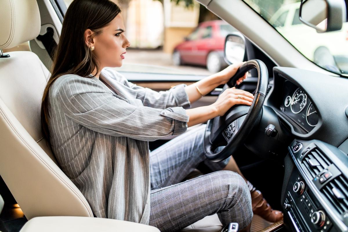 közlekedésbiztonság női vezető türelmetlen dudál vezetés közben