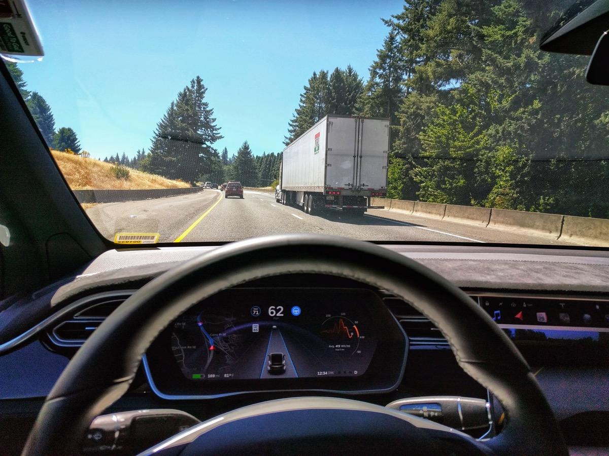 tesla autopilot teljes önvezetés