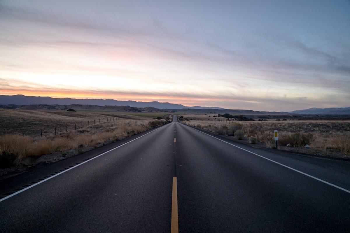 autópálya naplementében
