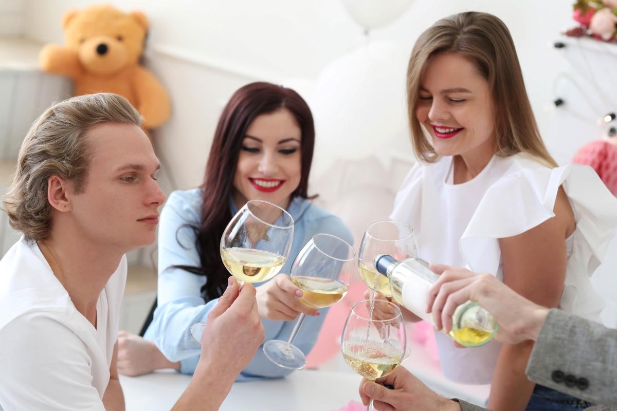 fiatalok bort isznak